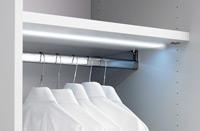 Das Bild zeigt eine LED beleuchtete Kleiderstange von einem Kleiderschrank P1.