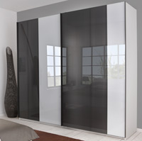 Das Bild zeigt einen P1 Schwebetürenkleiderschrank mit Glasfront weiß / grau.