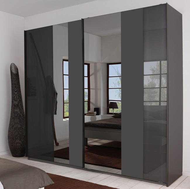 Das Bild zeigt einen P1 Schwebetürenschrank 240 cm breit mit Spiegel und Glasauflagen.