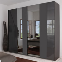 Das Bild zeigt einen P1 Kleiderschrank mit Schwebetüren und Spiegel.