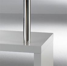 Das Bild zeigt ein Detail von einem Twist Hochglanz Regal in weiß mit Chromstollen.