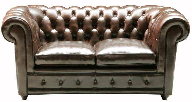 Das Bild zeigt ein Oxford Sofa Kolonialstil Zweisitzer Kunstleder braun von Kare Design.
