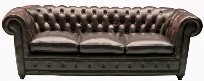Das Bild zeigt ein Oxford 3 Sitzer Sofa Kolonialstil Kunstleder braun von Kare Design.