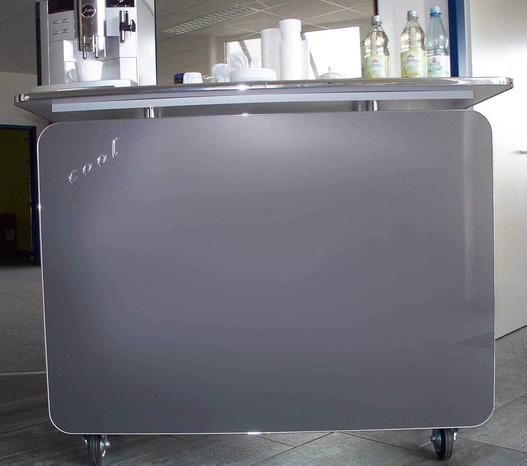Das Bild zeigt eine Kaffeetheke Cool mit Rollen in Glas grau.
