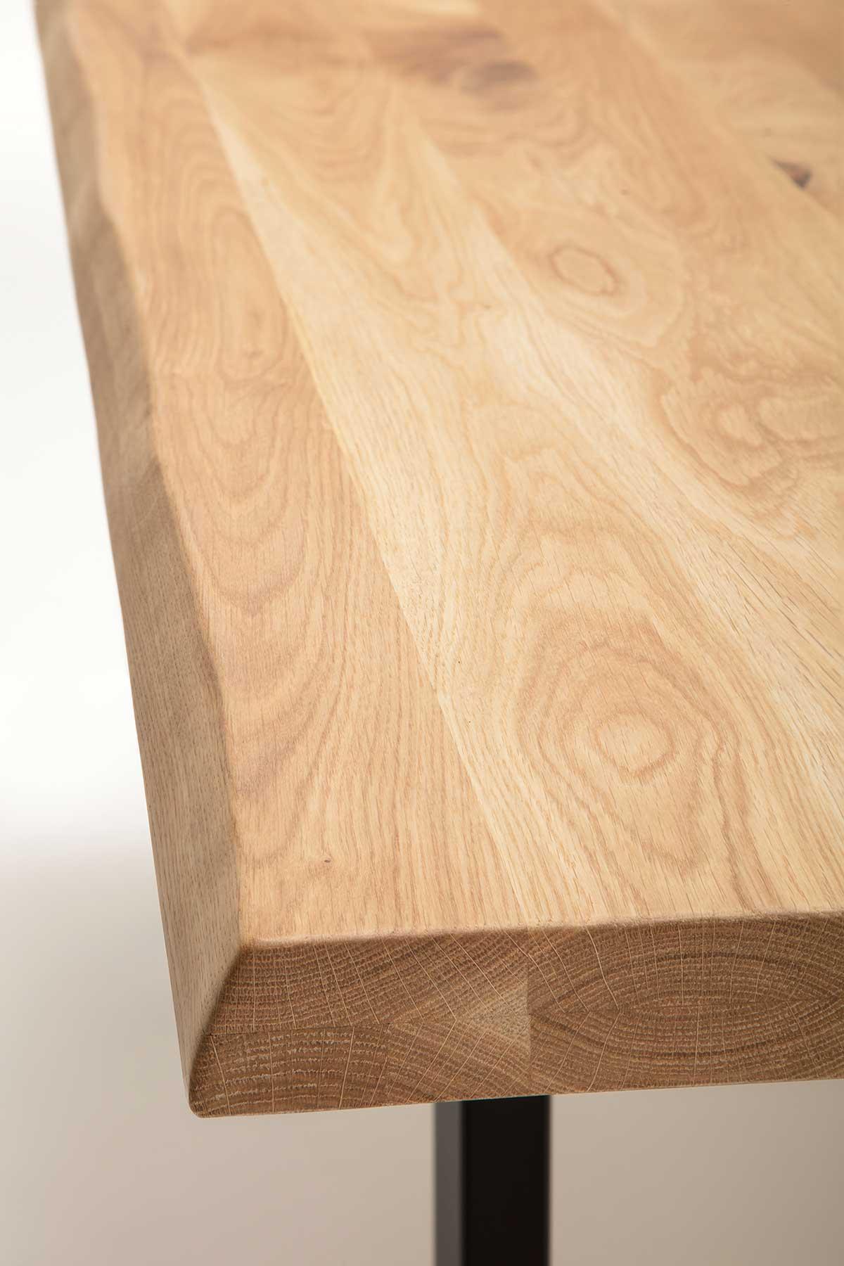 Massivholztisch mit Baumkante