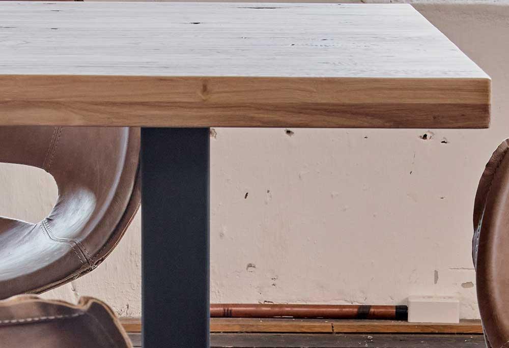 Massivholztisch mit Metallgestell