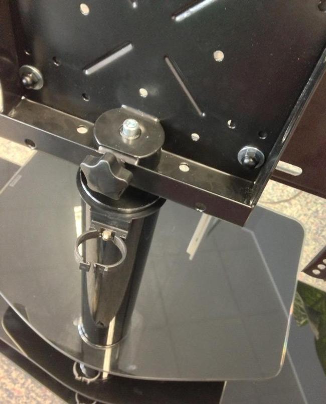 Das Bild zeigt ein Detail von einem TV Glastisch für Flachbildschirme schwarz.