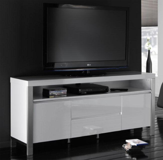 Das Bild zeigt TV Möbel weiß Hochglanz mit Edelstahl Stollen und Schubladen / Türen.