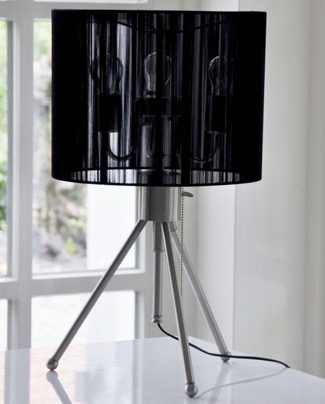 Das Bild zeigt eine moderne Tischlampe Edelstahl höhenverstellbar mit schwarzem Lampenschirm.