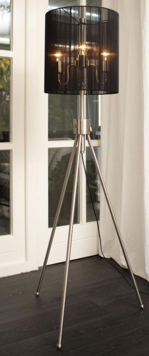 Das Bild zeigt eine moderne Stehlampe Edelstahl höhenverstellbar mit schwarzem Lampenschirm.